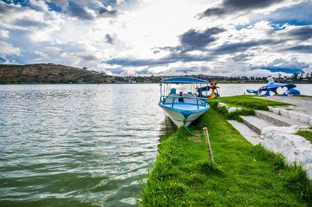 IMBABURA, ECUADOR 03 SEPTEMBER, 2017: Buitenmening van een boot parket in de Yahuarcocha-meergrens, in een bewolkte dag