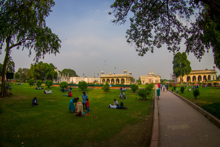 DELHI, INDIA - SEPTEMBER 25 2017: Unidentified people sitting in the grass enjoying the view of the Sawan or Bhadon Pavilion in Hayat Baksh Bagh of Red Fort at Delhi. Decorated with white marble, depicting Mughal artwork, fish eye effect Stok Fotoğraf - 88662668