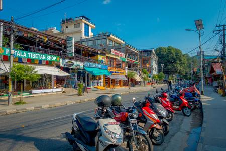 NAGARKOT, NEPAL 11 OKTOBER, 2017: Mooie mening van dowtown met niet geïdentificeerde mensen die, met sommige motorfietsen parket in één kant van de straat lopen, rond de stad in Nagarkot Nepal. Redactioneel
