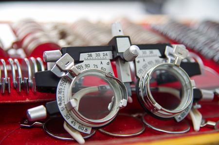 Schließen Sie oben von einem phoropter innerhalb des optischen über einem Schaukasten in einem unscharfen Hintergrund