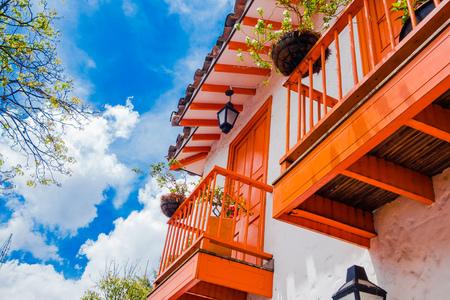 Onderaanzicht van enkele kleurrijke gebouwen in Pueblito Paisa in Nutibara Hill, reproductie van het traditionele Colombiaanse township in de stad Medellin