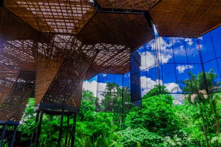 Mooie architecturale houten structuur in een botanische kas in Medellin Stockfoto