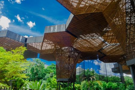 MEDELLIN, KOLUMBIEN AM 22. OKTOBER 2017: Schöne architektonische woodden Struktur in einem botanischen Gewächshaus in Medellin Editorial
