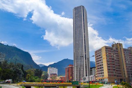 BOGOTA, KOLUMBIEN - 22. OKTOBER 2017: Schöne Ansicht im Freien des Colpatria-Turms, Transmilenio mit einigen Autos in der Landstraße in Bogota