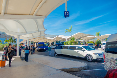 CANCUN, MEXICO - JANUARY 10, 2018: Unidentified people walking at the enter of Cancun International Airport, Mexico 에디토리얼