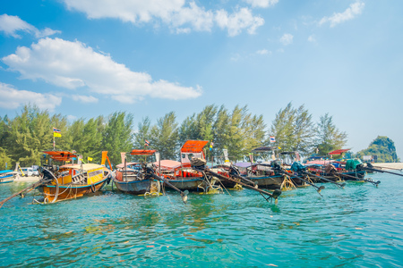 タイ南部アンダマン海、クラビ県ポーダ島で連続して釣りタイのボートの屋外ビュー 写真素材 - 96874994