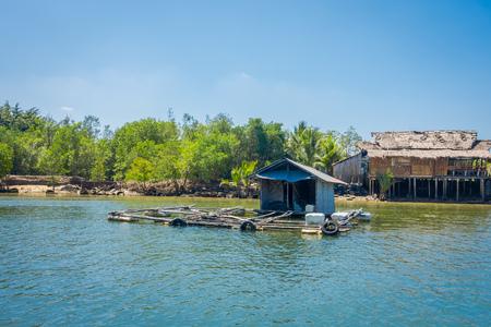 タイ南部クラビ県のマングローブに近い川に浮かぶ古くて損傷した家の屋外ビュー 写真素材 - 97386062