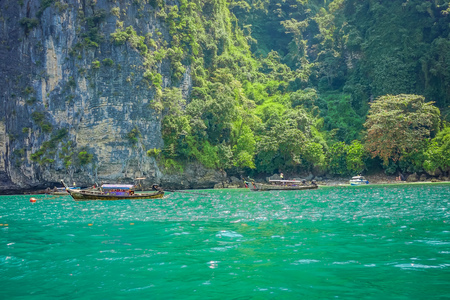 PODA, THAILAND - FEBRUARY 09, 2018: Beautiful outdoor view of unidentified people traveling in a long tail boat on Poda island in a gorgeous sunny day and turquoise water 報道画像