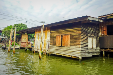Outdoor view of gorgeous floating wooden house on the Chao Phraya river. Thailand, Bangkok Imagens