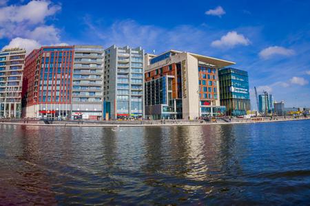암스테르담, 네덜란드, 3 월 10 2018 : 암스테르담의 중앙 기차역 근처 힐튼 더블 트리 호텔 바이 힐튼의 외관 샷