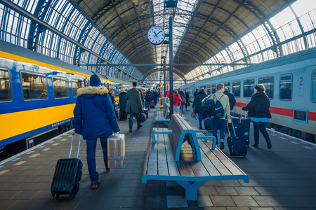 Amsterdam, Niederlande, März 10 2018: Innenansicht der Menschen zu Fuß am Bahnhof Amsterdam Schiphol, Passagiere am Bahnhof. Historischer und großer Bahnhof Editorial