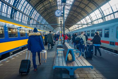 AMSTERDAM, PAÍSES BAJOS, 10 DE MARZO DE 2018: Vista interior de personas caminando en la estación de tren Schiphol de Amsterdam, pasajeros en la estación. Estación histórica y grande Editorial