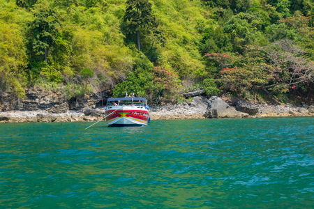 AO NANG, THAILAND - MARCH 23, 2018: Outdoor view of tourist boats in Thailand, standing on Chicken island in a gorgeous sunny day and turquoise water 報道画像