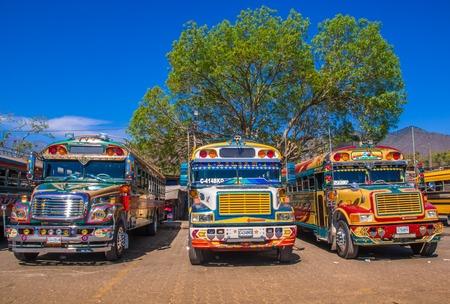 Ciudad de Guatemala, Guatemala, 25 avril 2018 : La gare routière d'Antigua, avec son célèbre bus de poulet garé, Antigua est célèbre pour ses bâtiments coloniaux espagnols. Lieu touristique