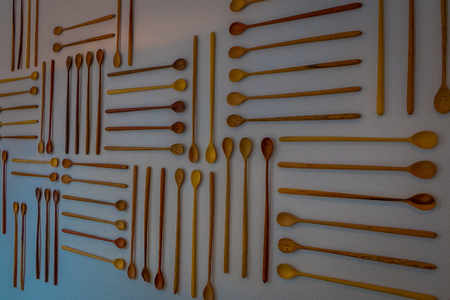 Indoor view of wooden assorted spons hangin in a white wall, inside of a building, store of market in jackson hole in Usa. Stockfoto