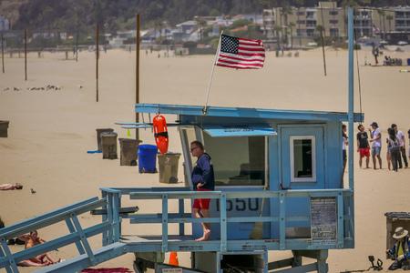 Los Angeles, California, USA, JUNE, 15, 2018: Outdoor view of Santa Monica beach lifeguard tower in California USA 新聞圖片