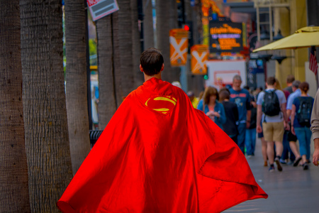 Los Angeles, California, USA, JUNE, 15, 2018: Outdoor view of unidentified man wearing a superman costume and walking in the streets of Los Angeles in Hollywood Stockfoto - 120296450