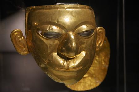 QUITO, ECUADOR - 24 de agosto de 2018: Cerca del hermoso rostro Inca dorado dentro del museo El Ágora ubicado en la Casa de la Cultura en Quito.