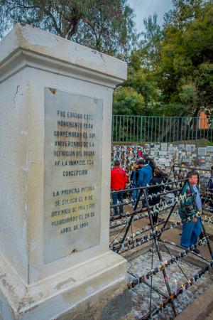 SANTIAGO, CHILE - 16. OKTOBER 2018: Nahaufnahme einer gesteinigten Beschreibung mit unbekannten Personen hinter einer Wand mit einer Nachricht an die Toten und zum Gedenken an eine Feier?