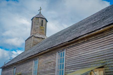 CHILOE, CILE - 27 SETTEMBRE 2018: Vista laterale all'aperto della chiesa di quinchao, una delle chiese di legno del patrimonio mondiale situate all'isola di Chiloe, a sud del Cile