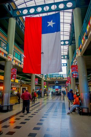 SANTIAGO, CHILI - 9 OCTOBRE 2018 : Des personnes non identifiées attendent à l'intérieur de la gare routière du terminal avec un drapeau chilien accroché au toit. C'est la plus grande et principale gare routière de la ville