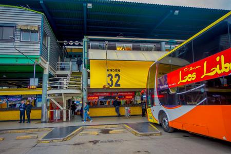 SANTIAGO, CHILI - 9 OCTOBRE 2018 : Vue extérieure des bus garés d'affilée à l'intérieur du terminal sur les quais de la gare d'Alameda. C'est la plus grande et principale gare routière de la ville