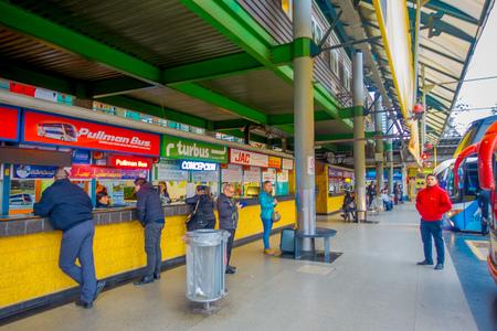 SANTIAGO, CHILI - 9 OCTOBRE 2018 : personnes non identifiées attendant à l'intérieur des plates-formes terminales à la gare routière d'Alameda. C'est la plus grande et principale gare routière de la ville