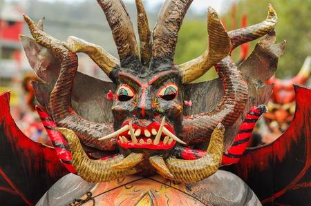 Quito, Ecuador - 03. September 2018: Porträt eines nicht identifizierten Mannes, der sich verkleidet und an der Diablada teilnimmt, beliebte Stadtfeiern mit Menschen, die als Teufel auf den Straßen tanzen?