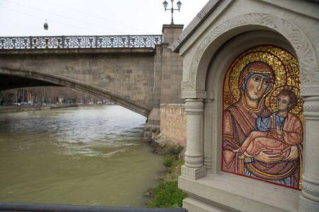 Tbilisi, Georgia - Mart 21 2019: Holy mosaic icon near Metekhi Church of Assumption river Kurain Tbilisi, Georgia 新聞圖片