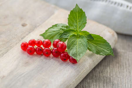 Fresh red currant on wooden background. Close up photo of the fresh berries. Harvest Concept. Archivio Fotografico - 150727269