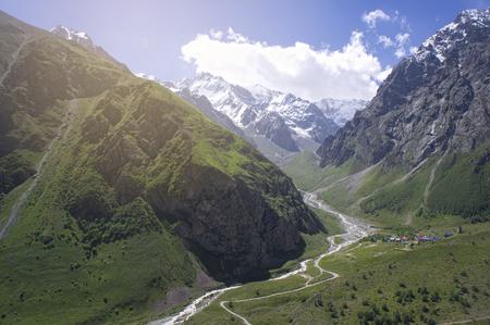 여름에 코카서스 산맥의 녹색 계곡