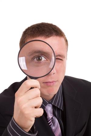 détective homme qui cherche quelque chose de