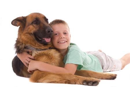 garçon couché avec son chien Banque d'images