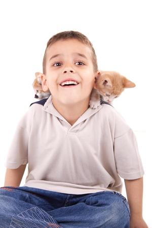 yong muchacho sonriente con la mascota