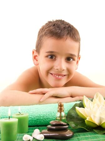 Garçon souriant couché sur la table de massage