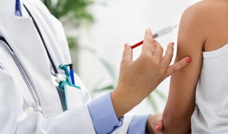 환자에게 예방 접종을하는 의사 스톡 콘텐츠
