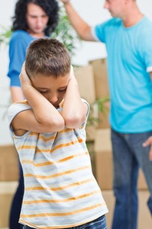 jeune garçon agonise pendant que les parents figh