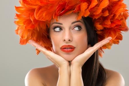 une jolie jeune femme à la coiffure de la créativité et de la mode maquillage