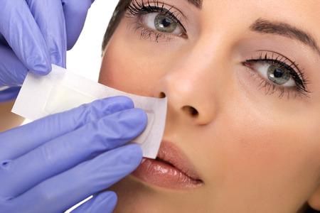 jeune femme reciving épilation du visage Banque d'images