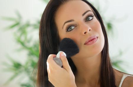 mujer maquillandose: Mujer de aplicar el maquillaje cepillo cosm�ticos