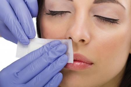 gezichtsbehandeling: jonge vrouw reciving gezicht epileren