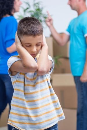 petit garçon ne peut pas écouter les parents se disputent Banque d'images