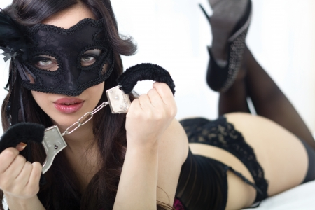 belle jeune femme en lingerie sexy détient menottes