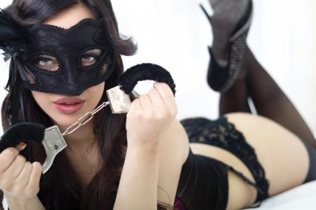Schöne junge Frau in sexy Dessous hält Handschellen Standard-Bild - 24760491