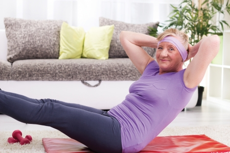 Senior Frau Training zu Hause Standard-Bild - 24600312