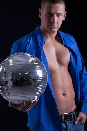 handsom: hombre handsom musculoso sosteniendo una bola de discoteca
