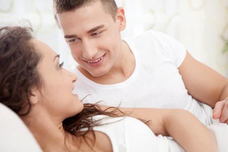 enamorados en la cama: joven pareja acostada en la cama