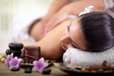 massaggio: Bella donna con un massaggio schiena benessere a spa salon