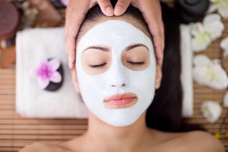 femme ayant des soins de beauté dans le salon spa