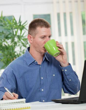 hombre tomando cafe: Hermoso caf� de consumici�n del hombre en el cargo